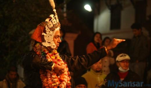 बाथः प्याखंको बेला कृष्णको भूमिकामा नाच्दै