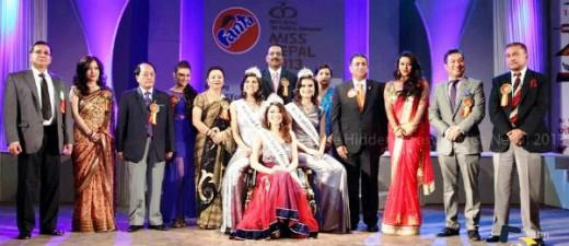 निर्णायकहरुका साथ मिस नेपालका उपाधि विजेताहरु। फोटो सौजन्य : मिस नेपाल आयोजक