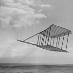 राइट ब्रदर्सले उडाएको ग्लाइडर। साभारः विकिपेडिया