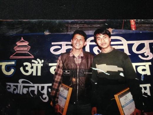 आरआर कलेजबाट पत्रकारितामा सबैभन्दा बढी अङ्क ल्याउने नारायण श्रेष्ठ (दायाँ) नेपाल प्रेस इन्स्टिच्युटको  पत्रकारिता तालिममा पहिलो हुने बालकृष्ण बस्नेतसँग कान्तिपुरले दिएको पुरस्कार लिइसकेपछि फोटो खिचाउँदै। फोटो सौजन्यः बस्नेतको फेसबुक