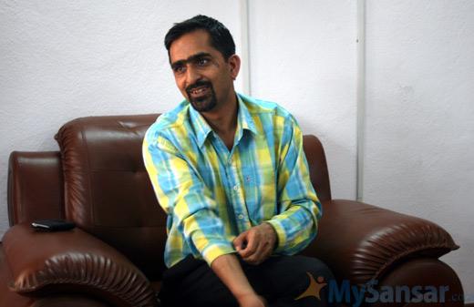 अनलाइनखबरका सम्पादक अरुण बराल आफ्नै कार्यालयमा।