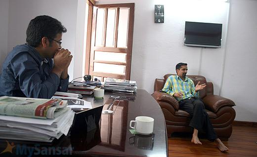 अनलाइनखबरका प्रधानसम्पादक धर्मराज भुसाल (बायाँ) र सम्पादक अरुण बराल (दायाँ)