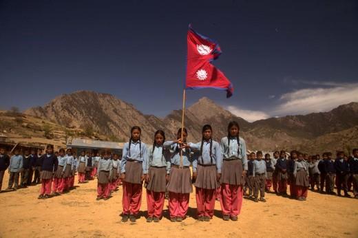 सुनकली आफ्नो स्कूलमा नेपालको राष्ट्रिय झण्डाका साथ