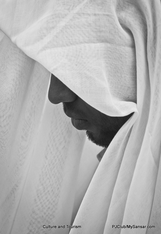 वीरगञ्जको मस्जिदमा इदको पूर्वसन्ध्यामा प्रार्थना गर्दै गरेका एक मुस्लिमको यो फोटो मनीष पौडेलले खिचेका हुन्।