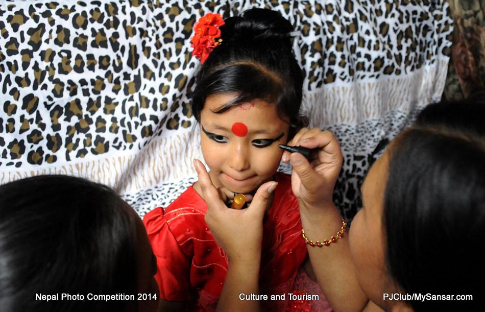 पाटनकी कुमारी सात वर्षकी युनिका बज्राचार्यलाई गाजल लगाइदिँदै परिवारकी सदस्य। फोटो : दीपेश श्रेष्ठ