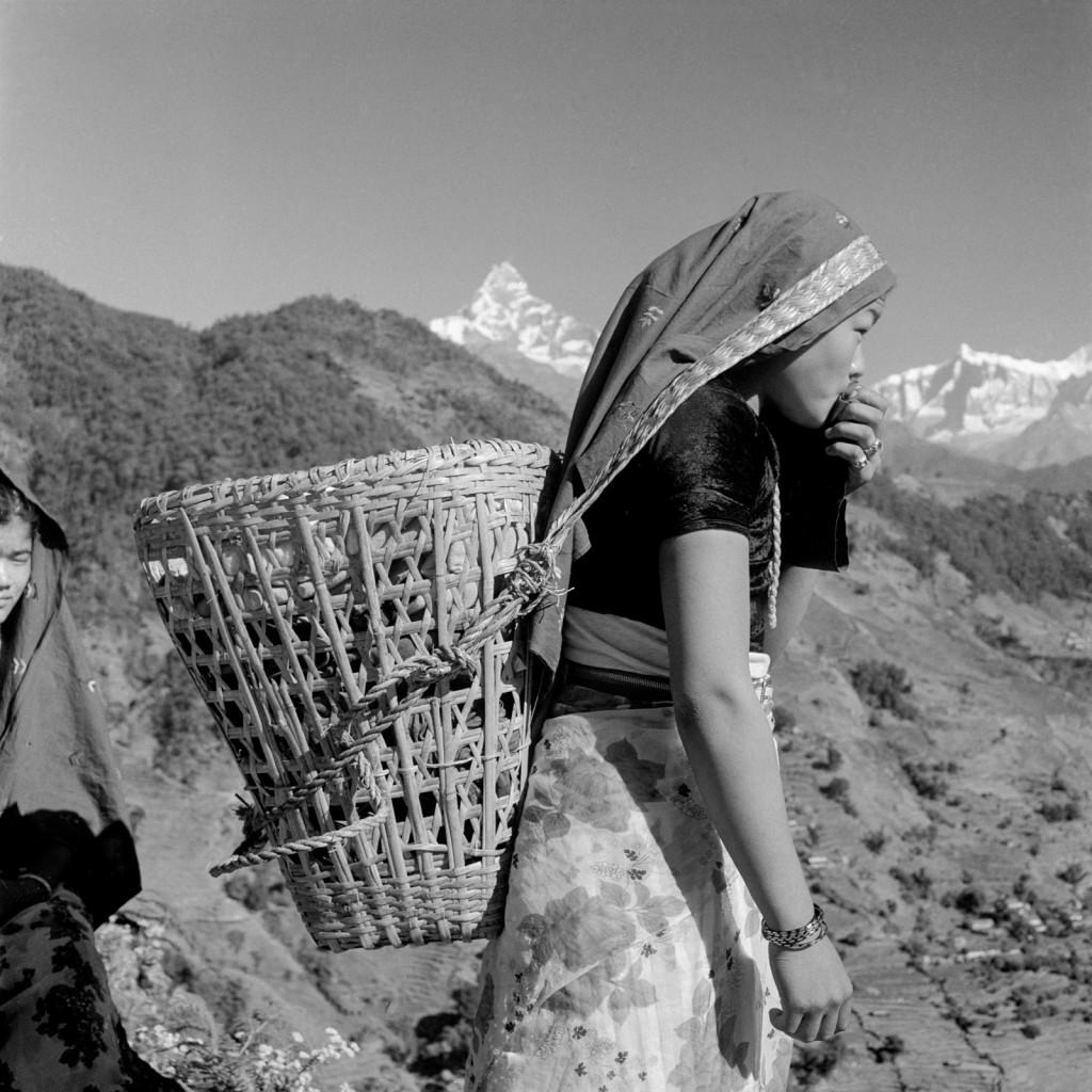 डोको बोकेकी गुरुङ महिला।