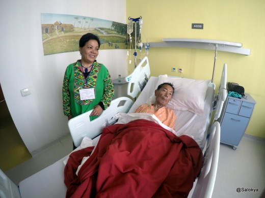 छोरी अलकासँग अम्बर गुरुङ अस्पतालको बेडमा